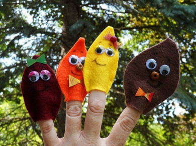 Finger puppets that look like fall leaves made with with felt - GanzWorld